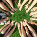 人は群れると馬鹿になる「集団心理(群集心理)」で起きる行動の特徴について